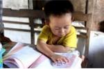 'Thần đồng' 3 tuổi biết đọc báo, hát karaoke khiến cha mẹ ngỡ ngàng