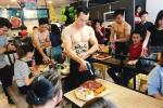 Đua nhau thuê trai đẹp, cơ bắp bán hàng ở Hà Nội