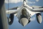 F-16 đối đầu Su-27: NATO nói 'không biết ai trên máy bay Nga'