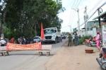 Dân lại lập rào chắn chặn xe tải vào mỏ đá Tân Cang