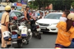 Khách Tây chặn ôtô chạy ngược chiều ở trung tâm Sài Gòn