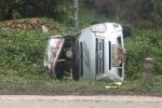 Xe khách mất lái lao xuống vệ đường, lật nghiêng ở Quảng Ninh