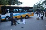 Va chạm với xe ben, xe buýt lật ngang đường, 10 người bị thương