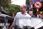 Video, ảnh: Hoàng tử Anh William ngồi cà phê phố cổ, đi dạo Đền Ngọc Sơn