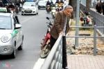 Hành khách loay hoay tìm lối vào nhà chờ buýt nhanh BRT