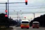 Xử phạt tài xế xe buýt và xe 'dù' đua nhau lạng lách, vượt đèn đỏ trên quốc lộ