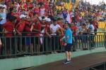 Video: Cổ động viên Hải Phòng thách thức BTC, trận đấu bị hoãn 30 phút