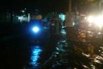 Nhiều tuyến đường Sài Gòn tiếp tục ngập nặng dù mưa nhỏ
