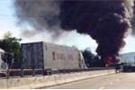 3 xe ôtô va chạm nhau trên quốc lộ, 2 xe bốc cháy ngùn ngụt