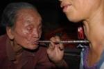 Đi tìm dị nhân 111 tuổi có chiếc ống kỳ lạ hút sạch bệnh tật
