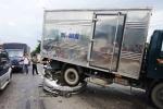 Xe ô tô bẹp dúm dưới bánh xe tải sau tai nạn liên hoàn ở Sài Gòn