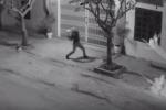 Bị truy đuổi vì ném 'bom bẩn' vào nhà thầy giáo, nhóm thanh niên rút dao chống trả
