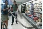 Khách hàng phát hoảng khi thấy trăn đá khổng lồ ẩn mình trong siêu thị