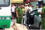 Tài xế ô tô đậu xe ngược chiều, mở cửa bất cẩn khiến cô gái trẻ tử vong