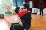 Khánh Ly không nén được xúc động, ôm chặt các bé có H vào lòng