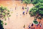 Mưa lớn ngập trường, phụ huynh hốt hoảng lội nước tìm con
