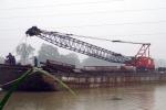 Sà lan 400 tấn đứt neo trôi tự do, uy hiếp cầu đường sắt ở Quảng Nam