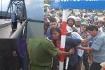 Dân ngăn cản người mẹ ôm con 2 tuổi nhảy cầu tự tử