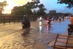 Đường biến thành sông sau cơn mưa chiều, xe cộ chết máy la liệt ở Hà Nội