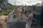 Bốn chiến sỹ CSGT đội nắng, thuê xe hốt đá dăm vương vãi trên đường