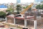 Cần cẩu dài hàng chục mét 'giáng' xuống phòng trọ giữa Sài Gòn