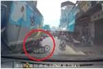 Đi xe đạp điện dàn hàng ngang, bé gái suýt mất mạng dưới bánh xe tải