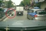 Dựng xe máy, nằm ngủ lăn lóc giữa đường nườm nượp xe ở Hà Nội