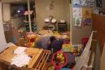 Camera giám sát 'tóm sống' bảo mẫu dí máy uốn tóc làm bỏng bé 2 tuổi