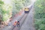 Video: Nhân viên đường sắt lao mình cứu người trước mũi tàu hỏa