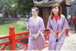 Thiếu nữ Hà thành vui vẻ choàng áo dài vào đền Ngọc Sơn