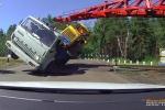 Nôn nóng vượt đường ray, xe tải lật nhào thảm khốc