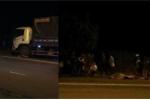 Va vào xe máy ngược chiều ngã xuống đường, 2 người bị xe tải cán chết