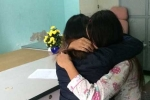 Nữ sinh bị châm thuốc lá vào tay, bắt liếm chân: Kẻ cầm đầu òa khóc xin bạn thứ lỗi