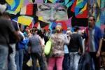 Phụ nữ Venezuela vượt biên giới bán tóc mua thức ăn