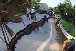 Hoảng hồn đi qua vết nứt khổng lồ trên quốc lộ ở Yên Bái