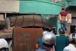 Kinh hoàng container cuốn xe máy lao sập nhà dân, 1 người chết tại chỗ