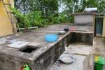 Một gia đình nghi bị hàng xóm đổ thuốc sâu vào bể nước sinh hoạt
