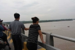 Người phụ nữ rơi từ trên cầu xuống sông Hồng lúc nửa đêm