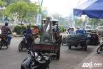 Sợ CSGT xử phạt, xe 'máy chém' xếp hàng núp sau ô tô ở Sài Gòn