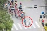 'Hồn nhiên' sang đường giữa cuộc đua xe đạp và cái kết thảm hại