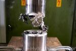 Xem iPhone 7 bị máy nén thủy lực hủy diệt trong nháy mắt