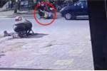 Mở cửa ô tô bất cẩn gây tai nạn thảm khốc, tài xế dửng dưng phóng xe bỏ đi