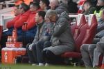 Wenger xô đẩy trọng tài, Xhaka vào bóng kiểu cắt kéo