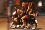Clip: Theo chân cảnh sát 141 bắt 'quái xế' chở 'gái dịch vụ' trong đêm ở Hà Nội