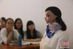 Cô giáo robot giảng bài khiến sinh viên ngỡ ngàng