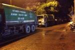 Dân Thủ đô mang chăn, màn ra nằm chặn đường xe rác trong đêm
