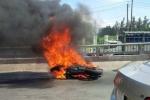 Môtô phân khối lớn bốc cháy, chủ nhân nhảy cầu tự thoát thân