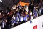 Real Madrid ăn mừng chức vô địch La Liga giữa biển người