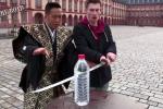 Video: Ớn lạnh cảnh đùa giỡn lưỡi kiếm Nhật siêu bén