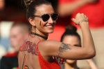 Bạn gái sao tuyển Bỉ khoe thân cổ vũ gây sốc ở Euro 2016